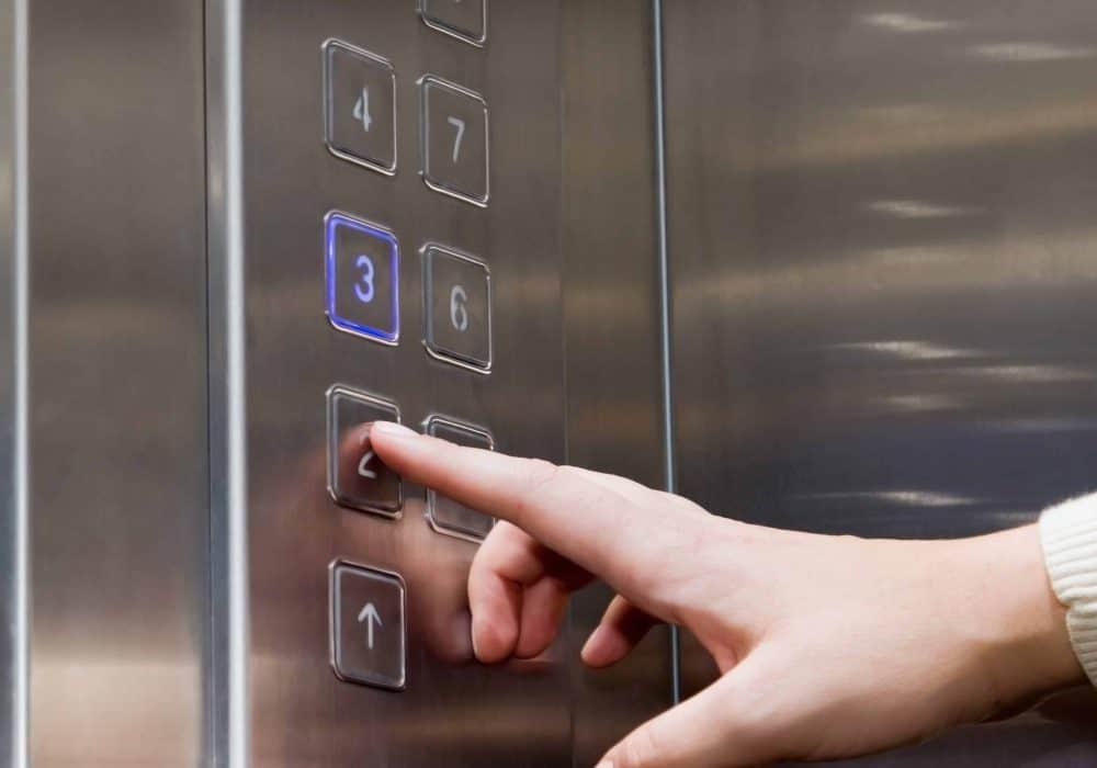 Aufzüge in verschiedenen Eingängen von Wohnungen in Suhl